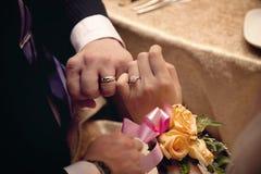 förälskelselöftet ringer bröllop Royaltyfri Bild