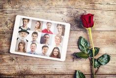Förälskelsemeddelande och en ros Fotografering för Bildbyråer