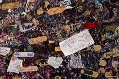 Förälskelsemeddelanden på väggen i hus för Juliet ` s, berömd legend av skakor Royaltyfri Fotografi