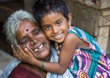 Förälskelsen mellan farmodern och sondottern. Royaltyfri Fotografi