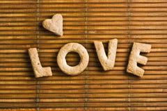 Förälskelseord med hemlagade kexbokstäver Arkivfoto