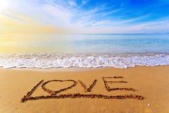 Förälskelseord på stranden Arkivfoto