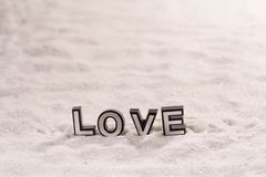Förälskelseord på vit sand royaltyfri fotografi