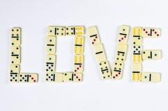 Förälskelseord som göras av domino royaltyfria foton
