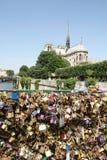 FörälskelsePadlocks i Paris Arkivfoto