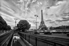 Förälskelsepar i Paris Royaltyfria Bilder