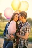 Förälskelsepar med ballonger Fotografering för Bildbyråer