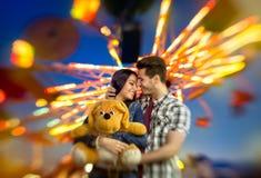 Förälskelsepar med färgrik karusell i bakgrund Fotografering för Bildbyråer