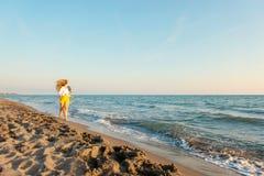 Förälskelsepar som går på sandstranden arkivbild