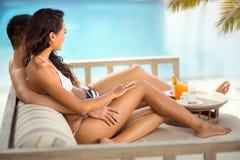 Förälskelsepar som kopplar av i tropisk semesterort fotografering för bildbyråer