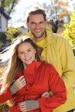 Förälskelsepar som omfamnar och älskar i säsong - hösten parkerar, coloursfullsidor, gravida kvinnan som ler sunda par, den solig Arkivbild