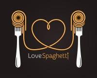 Förälskelsespagettibegrepp Pasta med gaffeln på svart bakgrund Arkivbild