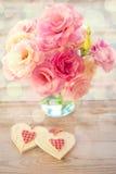 Förälskelsestilleben - härliga Eustomablommor och två handgjorda Hea royaltyfri foto