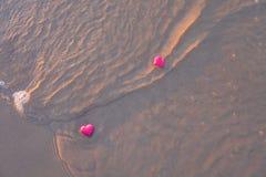 Förälskelsesymbol av hjärta på havsstranden Fotografering för Bildbyråer
