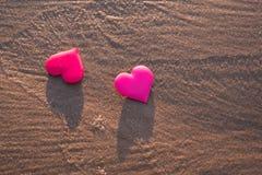 Förälskelsesymbol av hjärta på havsstranden Arkivbilder