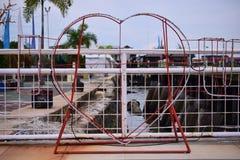 Förälskelsesymbolen och den färgrika lekplatsen i parkerar arkivfoton
