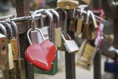 Förälskelsesymbolhänglås som kedjas fast på bron Royaltyfri Fotografi