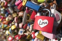 Förälskelsetecken och romansbegrepp Formad hjärta, förälskelsehänglås låste på gränsmärket, turistställe Royaltyfria Foton