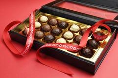 Förälskelsetemat boxas av choklader, horisontal. Royaltyfri Fotografi