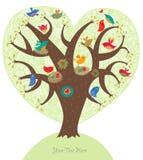 Förälskelsetree med gulliga fåglar Arkivbild