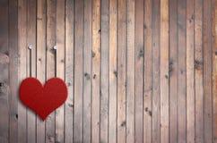 Förälskelsevalentinhjärta och grungeträbakgrund Royaltyfria Bilder