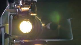 Föråldrad filmprojektor i operation arkivfilmer