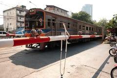 Föråldrad järnvägkorsning stoppbil och motorcyklar arkivbild