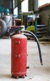 Föråldrad och gammal brandsläckare I royaltyfri fotografi