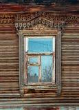 Föråldrat utsmyckat snidit träfönster i gammal ryssstil arkivbild