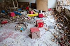 Förödelse i det övergav dagiset, död spökstad av Pripyat, Tjernobyl uteslutandezon, Ukraina royaltyfri foto