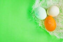 För äggpåsk för tre gräsplan, guling- och apelsinbakgrund Royaltyfri Fotografi