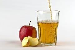 för äppelcider glass hälla ner royaltyfri fotografi