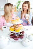 för ätavänner för muffiner gulligt kök två Royaltyfri Bild