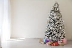 För årsträdet för lycklig jul rum för gåvor semestrar inre vitt nytt royaltyfri bild