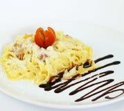 För к för ¾ för ² Ð för ¾ Ð för Ð för ¾ Ð för Ð--аг Д carbonara klassisk pasta på vit bakgrund Arkivfoto