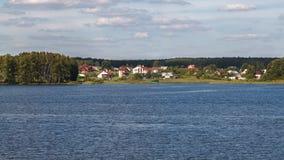 By för Ð-¡ ottage på bankerna av floden fotografering för bildbyråer