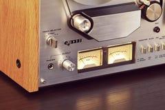 För öppen meter för VU för registreringsapparat Rulle-till-rulle för tappning bandspelardäck stereo- Arkivfoton
