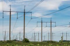För överföringstorn för hög spänning elektrisk pylon för energi arkivfoto