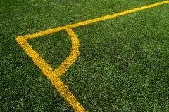 För överkant en vinkelsikt ner av den gula linjen på ett grönt fotbollfält arkivfoton
