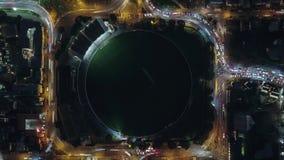 För överkant sikt ner av natttrafik runt om stadion arkivfilmer