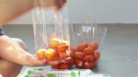 För övre orange frukt handemballage för slut i plastpåsar stock video