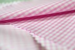 För övre rosa tyg bandtextur för slut av skjortan Arkivfoton