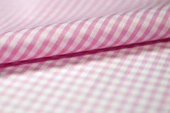 För övre rosa tyg rullband för slut av skjortan Arkivfoton