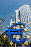 ¬ för 'för â för eurovalutasymbol - staty i Frankfurt - f.m. - huvudsaklig Tyskland Royaltyfria Foton