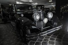 För Adler Trumpf för bil för Cadillac V-16 tappning för Cabrio för bil för retro brunt junior lyxig retro bakgrund för mörker lim Fotografering för Bildbyråer