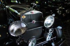 För Adler Trumpf för bil för Cadillac V-16 tappning för Cabrio för bil för retro brunt junior lyxig retro bakgrund för mörker lim Royaltyfria Foton