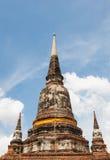 För adn-träd för blå himmel för yai chai för wat för pagod för sikt kon ayutthaya mong Arkivfoto