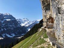"""För Aescher för restaurang för klippa för fotvandra och Ã-""""scher restaurang Berggasthaus Aescher-Wildkirchli klippa eller berggäs royaltyfria bilder"""