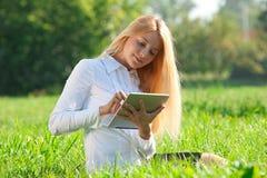 för affär tablet utomhus genom att använda kvinnan Royaltyfria Foton