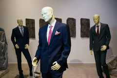 För affärsdräkt för tre manliga skyltdockor iklätt mode royaltyfria foton